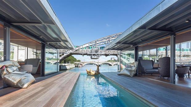 Un hotel que ofrece dormir sobre el Sena