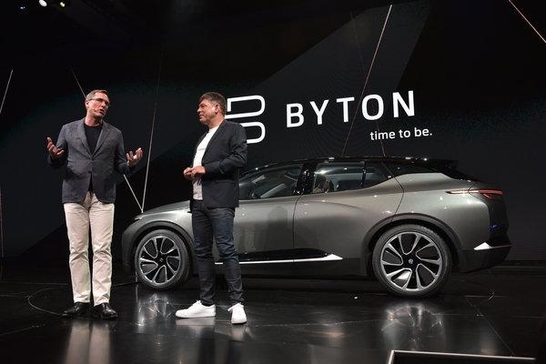 El presidente de Byton, Daniel Kirchert (izq), y el CEO Carsten Breitfeld (der) en el CES Las Vegas